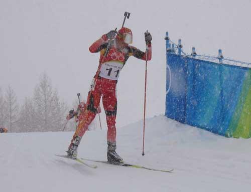 图文-都灵冬奥风雪山林中国冬季两项选手奋勇向前