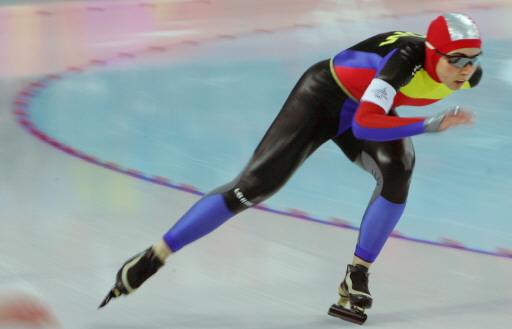 图文-速度滑冰女子1000米决赛 彩色比赛服