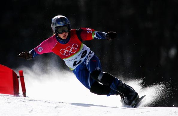 图文-单板滑雪女子平行大回转身体几乎贴到地面