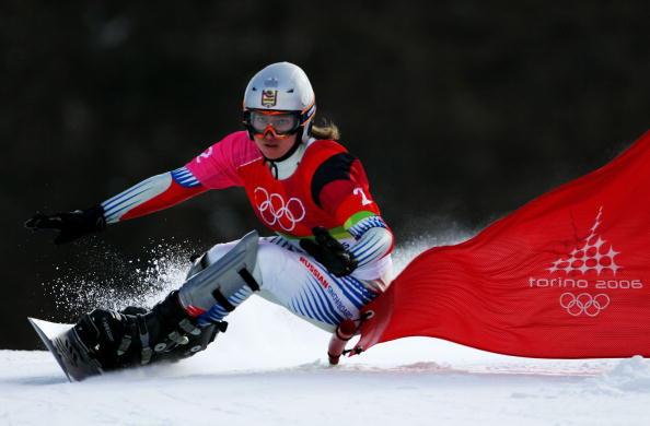 图文-单板滑雪女子平行大回转目不转睛的滑行