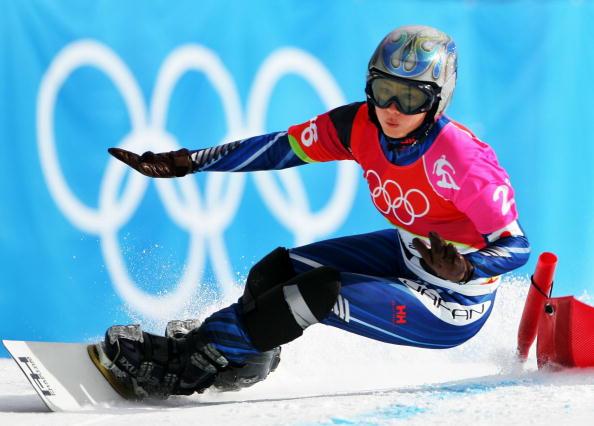 图文-单板滑雪女子平行大回转俯身通过弯角