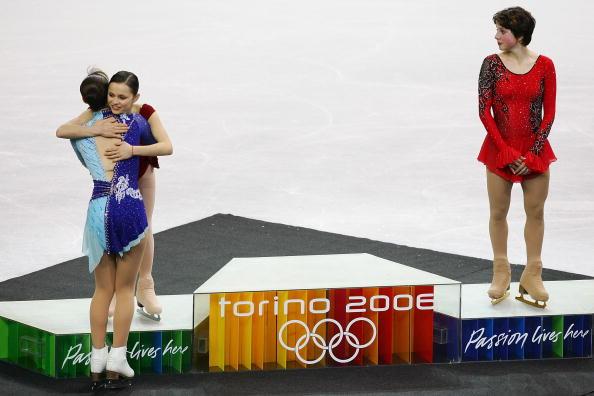 图文-花样滑冰女子单人滑科恩祝贺荒川静香摘金