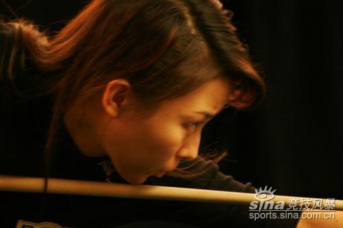 图文-潘晓婷在美参加巡回赛潘晓婷击球不敢大意