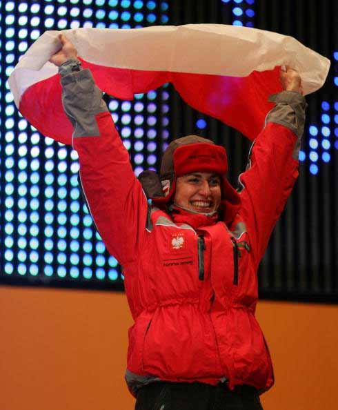 图文-24日女子越野滑雪30公里颁奖挥舞波兰国旗