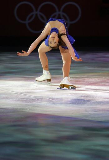 图文-女子单人滑表演亦真亦幻荒川静香下腰了得