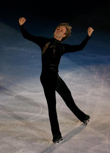 图文-男子单人滑表演绅士风度王子忘我的舞蹈着