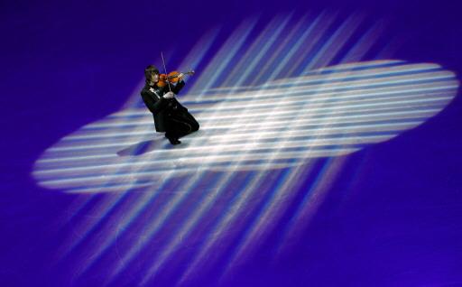 图文-男子单人滑表演绅士风度绕梁三日的小提琴
