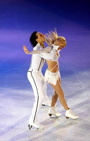 图文-冬奥冰舞表演激情洋溢乌克兰组合冰上激情