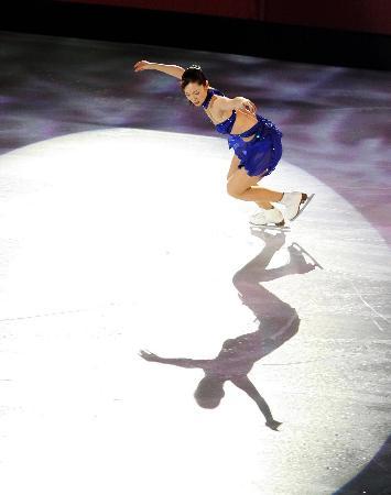 图文-女子单人滑表演亦真亦幻荒川静香冰上逐月