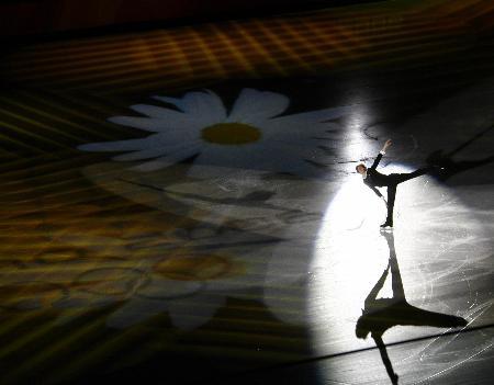 图文-男子单人滑表演绅士风度布特平衡旋转