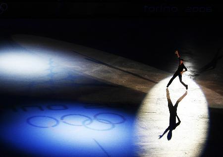图文-男子单人滑表演绅士风度选手与五环同辉