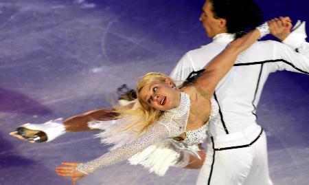 图文-冬奥冰舞表演激情洋溢乌克兰组合笑容灿烂