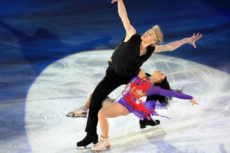 图文-冬奥冰舞表演激情洋溢法国组合奇特造型