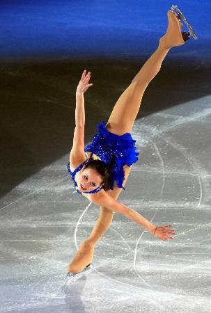 图文-女子单人滑表演亦真亦幻科恩完美燕式