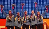 图文-冬奥会25日冰壶赛颁奖典礼芬兰队员高举鲜花