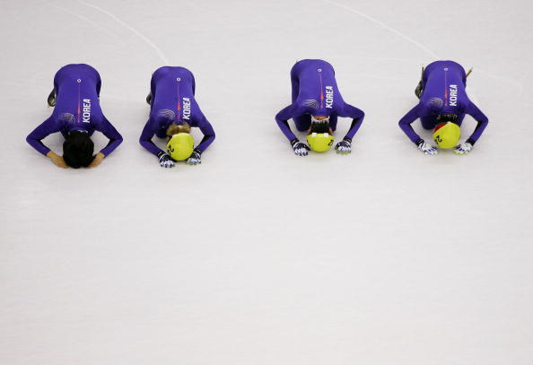 图文-短道速滑男子5000米接力韩国队员行大礼