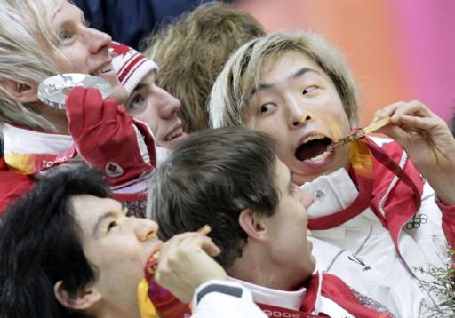 图文-短道速滑男子5000米接力众选手出怪样