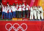 图文-冬奥会男子四人雪车赛前三名队伍登台领奖