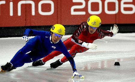 图文-短道速滑男子5000米接力防止对手超越