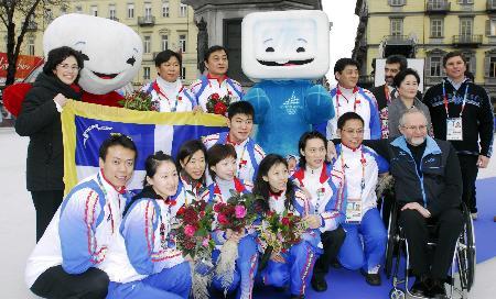 图文-中国花滑队都灵受表彰全体成员与吉祥物