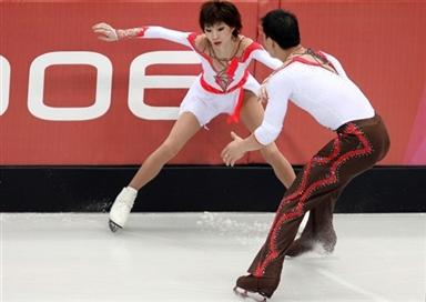 图文-06冬奥会摔倒图特辑张丹摔倒后张昊上前搀扶
