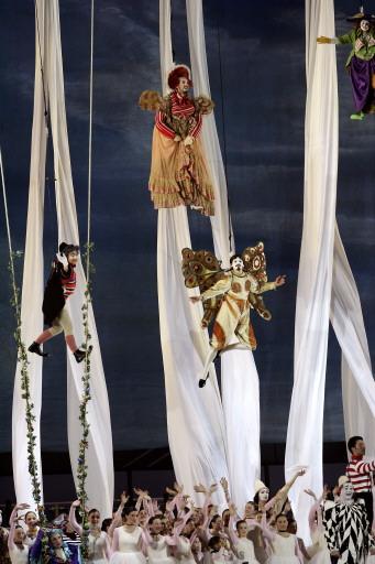 图文-都灵冬奥会闭幕式童话人物满天飞舞