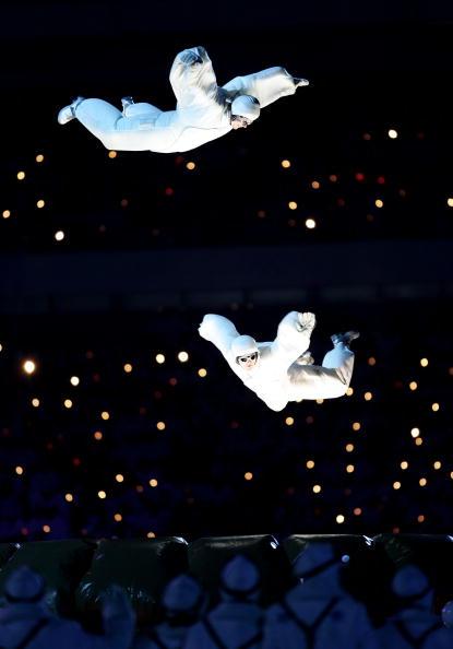 """图文-都灵冬奥会闭幕式天上飞着""""和平鸽"""""""