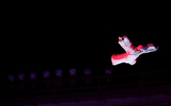 图文-都灵冬奥会闭幕式强大气流吹起的演员