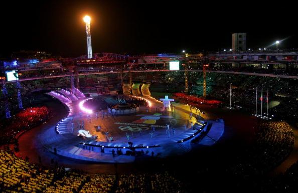 图文-都灵冬奥会闭幕式主火炬照耀下的都灵