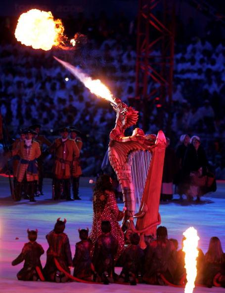 图文-都灵冬奥会闭幕式怪兽其实是一把竖琴