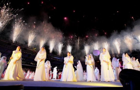 图文-冬奥会闭幕式火的乐章新娘在烟火中憧憬