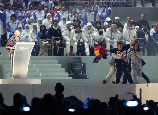 图文-冬奥会举行闭幕式一男子突然跳上主席台