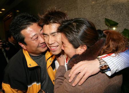 图文-中国冬奥代表团载誉归来韩晓鹏一家三口