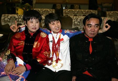 图文-中国冬奥代表团载誉归来王�饔敫改冈谝黄�