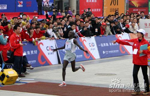 图文-厦门国际马拉松赛场肯尼亚选手超越邓海洋