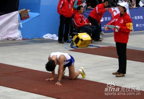 图文-厦门国际马拉松赛场坚强选手诠释马拉松精神