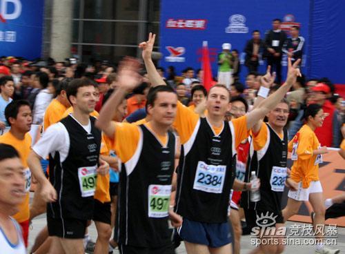图文-厦门国际马拉松赛场国际友人参赛热情高涨
