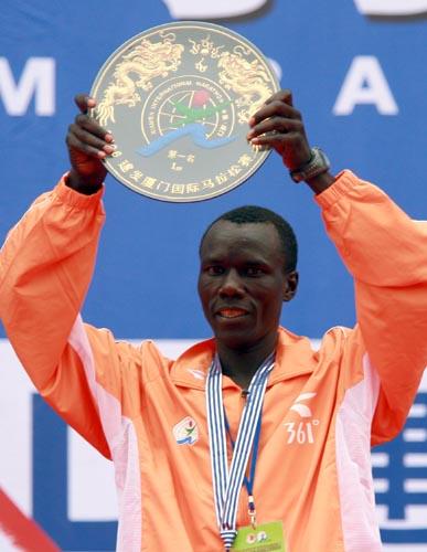 图文-厦门国际马拉松赛场冠军基普拉加特展示金牌