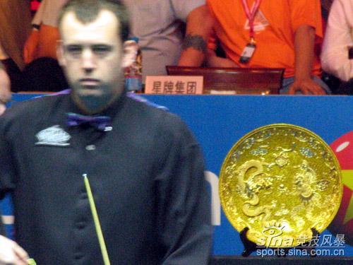 图文-中国赛丁俊晖VS威廉姆斯威廉姆斯与冠军奖牌
