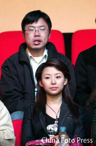 图文-斯诺克中国赛决赛现场潘晓婷有些走神儿