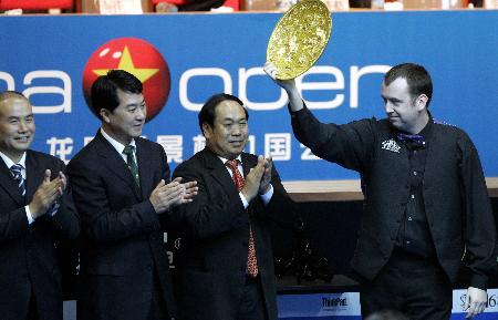 图文-斯诺克中国公开赛举行决赛骄傲举起奖盘