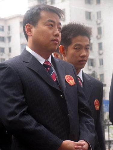 图文-中国乒乓球队出征不莱梅刘国梁若有所思