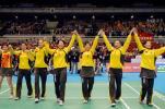 图文-夺得尤伯杯中国队欢庆全体队员手拉手致意