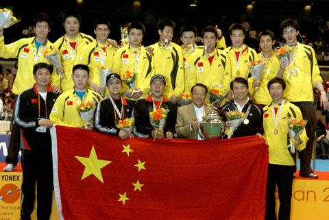 图文-中国男队六夺汤姆斯杯健儿与金杯国旗同辉