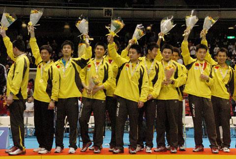 图文-中国男队六夺汤姆斯杯队员登上领奖台