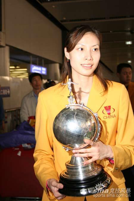 图文-中国羽毛球队凯旋而归靓丽谢杏芳气质不凡