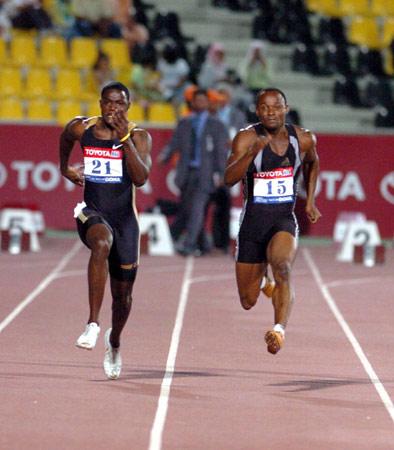 图文-加特林打破百米世界纪录强有力的途中跑