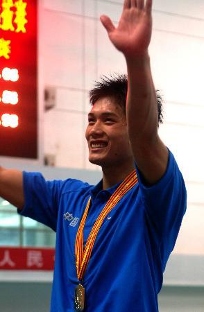 图文-赖忠坚破200米蛙泳全国纪录赖忠坚挥手致意