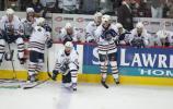 图文-NHL总决赛北卡飓风队捧杯双方冰火两重天