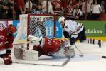 图文-NHL总决赛北卡飓风队捧杯争夺激烈险情不断